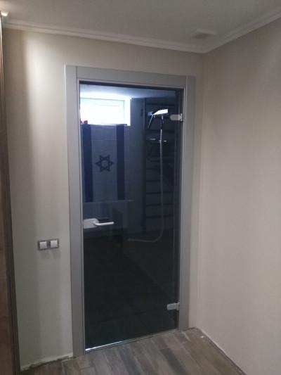 Дверь стеклянная в деревянном коробке.