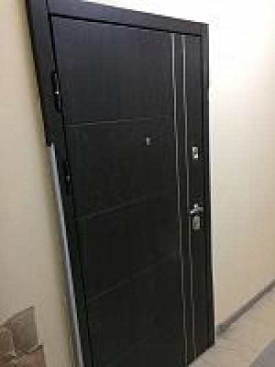 Установка входной двери.
